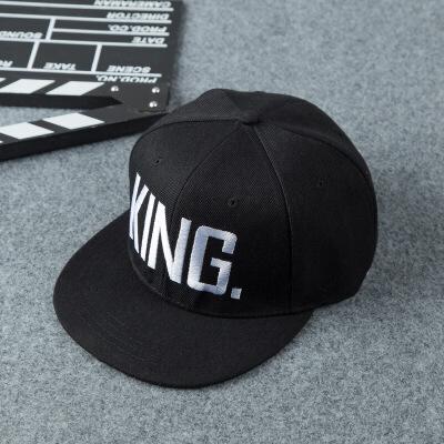 20180826142343814情侣帽子 KingQueen刺绣字母平沿帽男女士棒球帽  可调节 发货周期:一般在付款后2-90天左右发货,具体发货时间请以与客服协商的时间为准