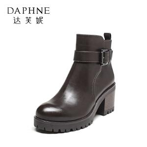 Daphne/达芙妮冬粗跟短靴女皮带扣圆头高跟休闲金属扣马丁靴女